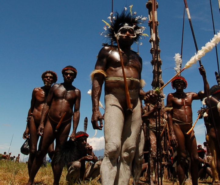 Die Bekleidung der Männer in den Hochlandstämmen Papuas beschränkt sich oft auf rituellen Körperschmuck.