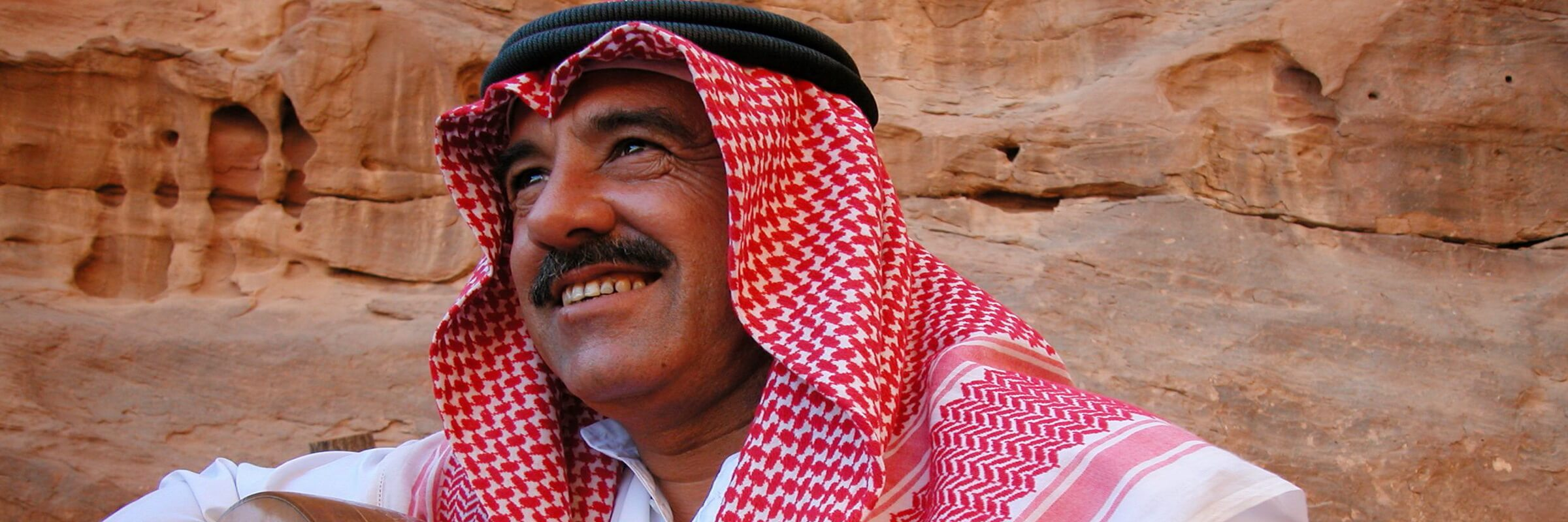 Die Felsenstadt Petra bietet eine herrliche Kulisse für einen jordanischen Musiker der auf einer Ud spielt