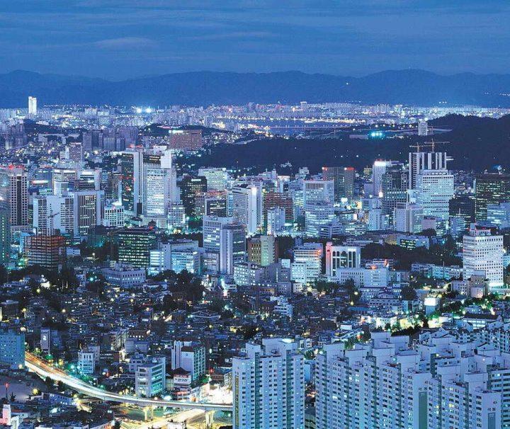 Bei Anbruch der Nacht verwandelt sich die schillernde Metropole Seoul zu einem Meer aus Licht und Farbe.