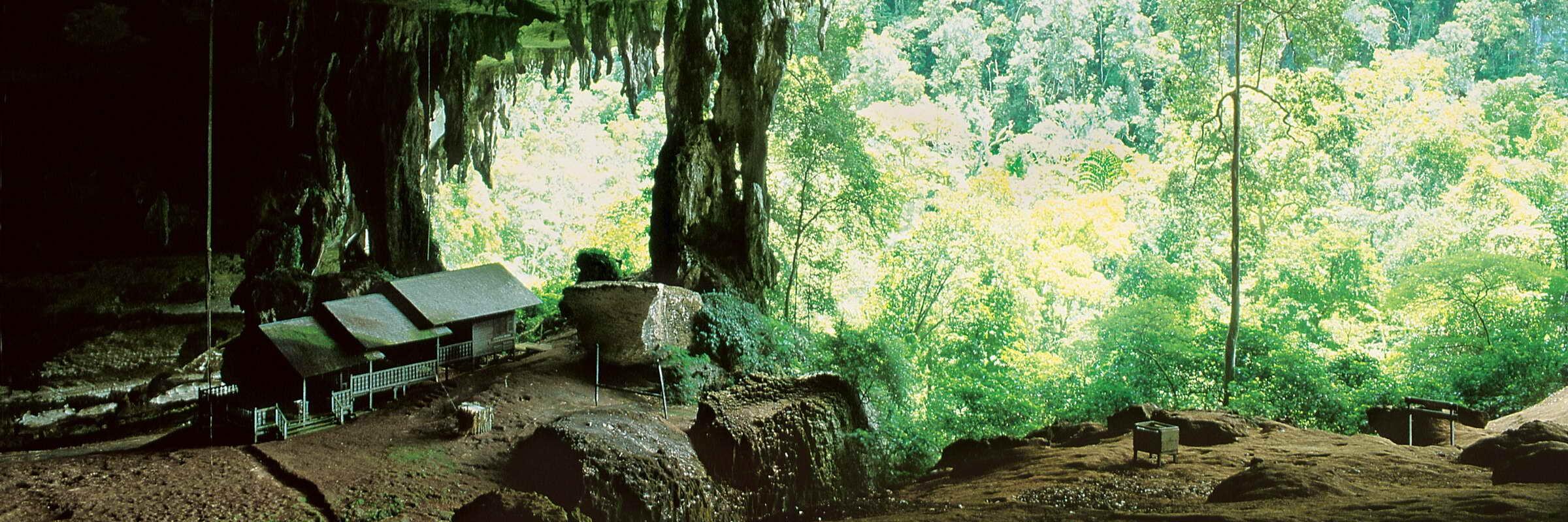 Die Niah-Höhlen auf Borneo sind eine wichtige archäologische Fundstätte, in der anhand von Fossilien nachgewiesen wurde, dass hier schon vor 40.000 Jahren Menschen lebten.