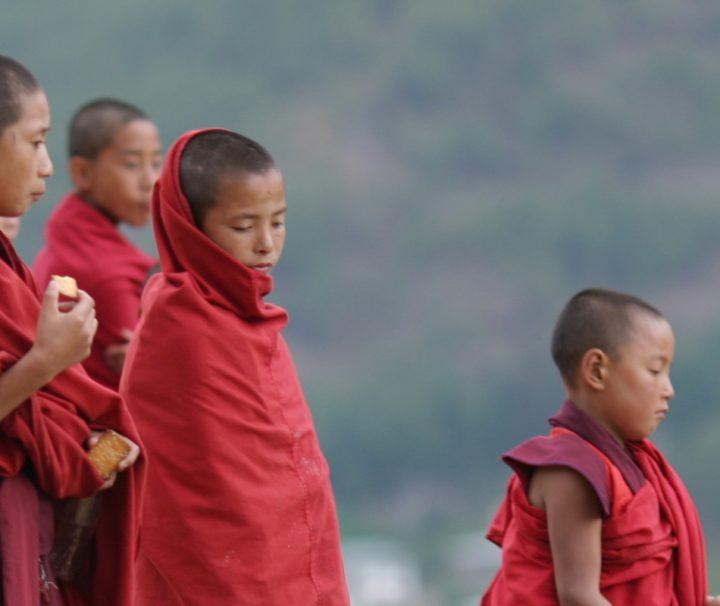 In den buddhistisch geprägten Königreichen im Himalaya trifft man häufig Mönche und Novizen an.