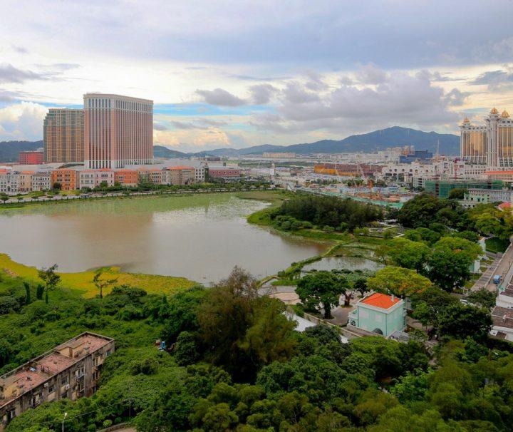 Der Stadtteil Cotai ist bekannt für seine Vielzahl an Hotelkasinos, Taipa war früher eine eigene Insel, bis sie durch künstliche Landgewinnung mit Coloane verbunden wurde.
