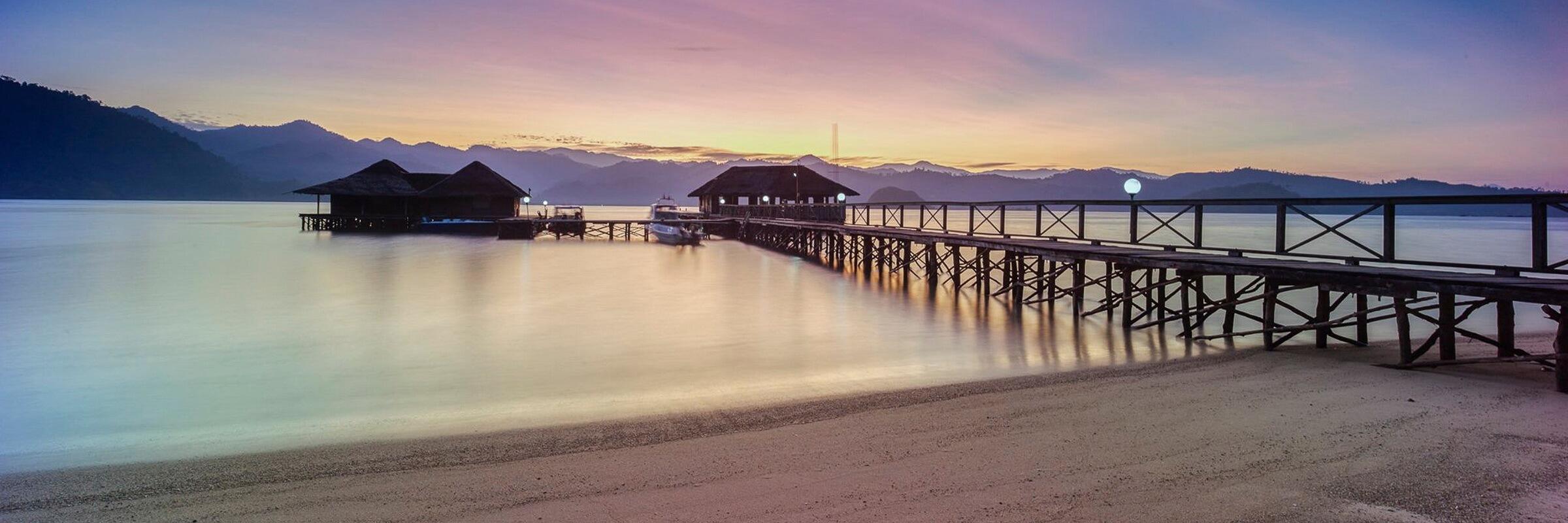 Im Cubadak Paradiso Village befindet sich eine auf dem Pier und über Wasser gebaute Bar mit Sonnenterrasse.