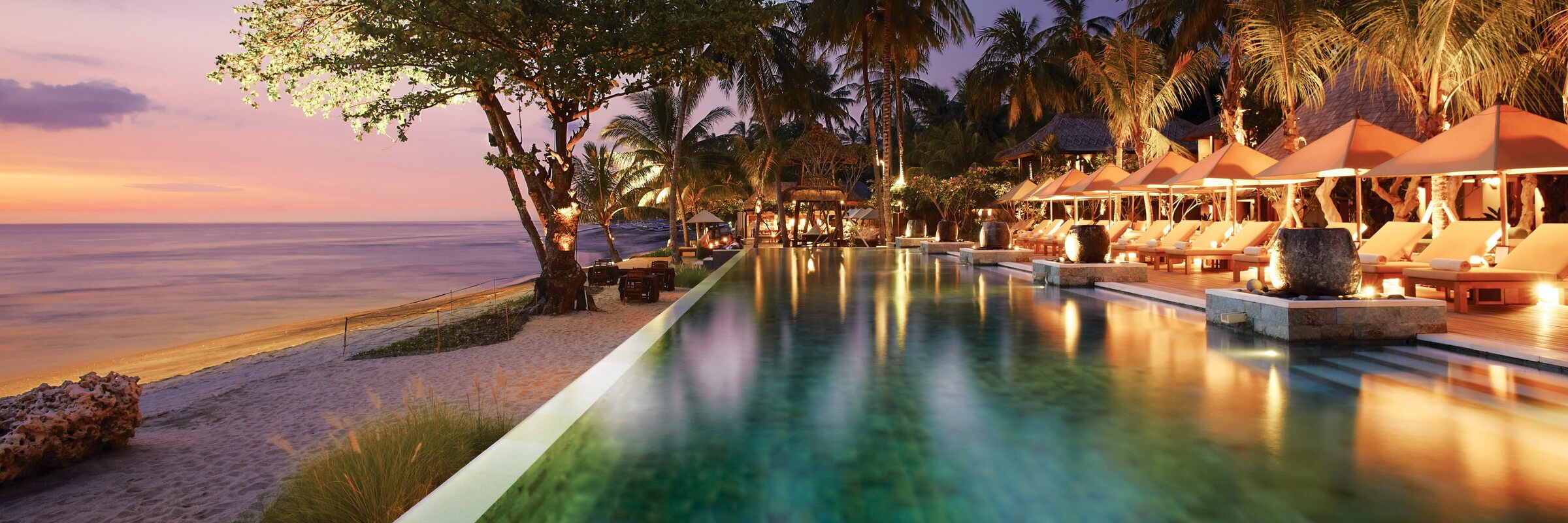 Einladender Pool mit grosser Sonnenterasse und atemberaubendem Meeresblick im Qunci Villas Senggigi Lombok