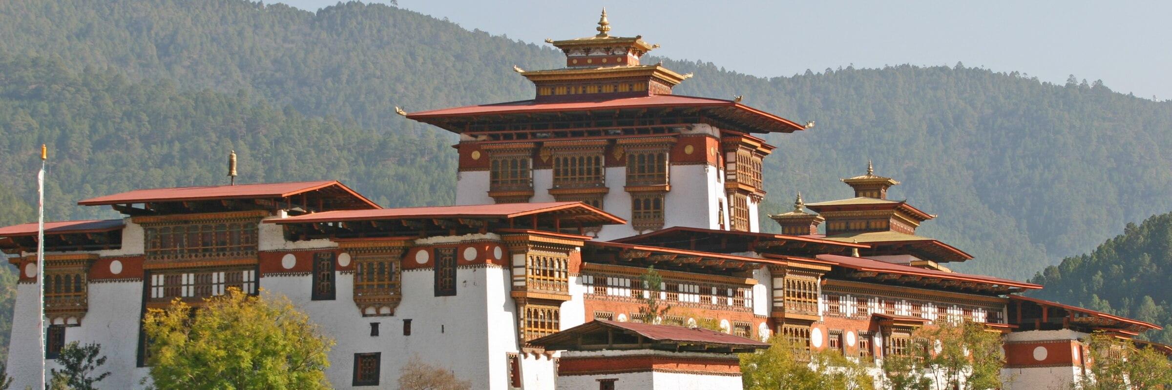 Im Gegensatz zu den anderen Klosterburgen in Bhutan liegt der Punakha Dzong nicht auf einer Hügelkuppe oder Anhöhe, sondern inmitten des Punakha-Wangdue-Tals.