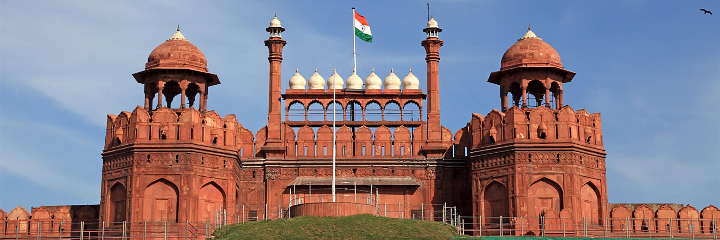 Festungs- und Palastanlage Rotes Fort aus Sandstein wurde von Mogulkaiser Shah Jahan erbaut und gehört seit 2007 zum UNESCO Weltkulturerbe.