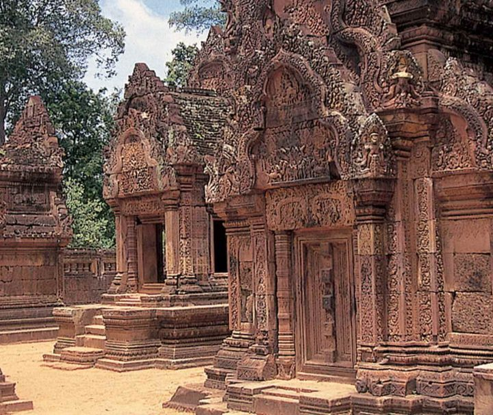 Im Inneren der Tempelanlage Ta Prohm in Kambodscha befinden sich die Ruinen zahlreicher kleinerer Gebäude.