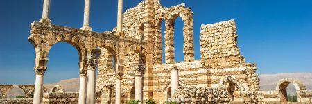 Baalbek ist bekannt für seine kolossalen Bauwerke der römischen Periode, darunter die Ruinen der Tempel von Bacchus, Jupiter und Venus.