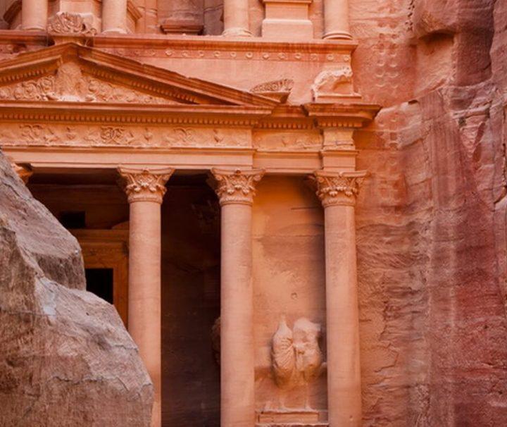 Da von den Beduinen reiche Schätze im Mausoleum Khazne al-Firaun vermutet wurden, erhielt es den Namen Schatzhaus.