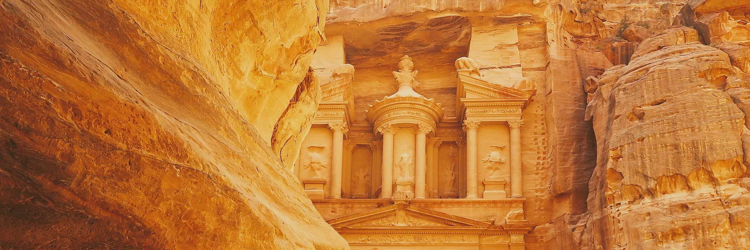 Das Schatzhaus in der Felsenstadt ist wohl die berühmteste Sehenswürdigkeit auf einer Jordanien Rundreise.