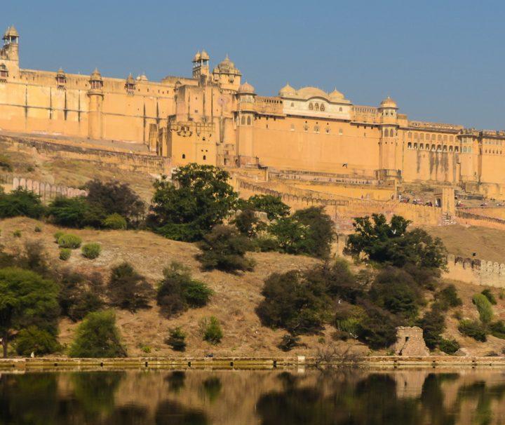 Das beeindruckende Amber Fort besteht aus etlichen Innenhöfen, Hallen, Palästen und Gärten und befindet sich in der Nähe von Jaipur.