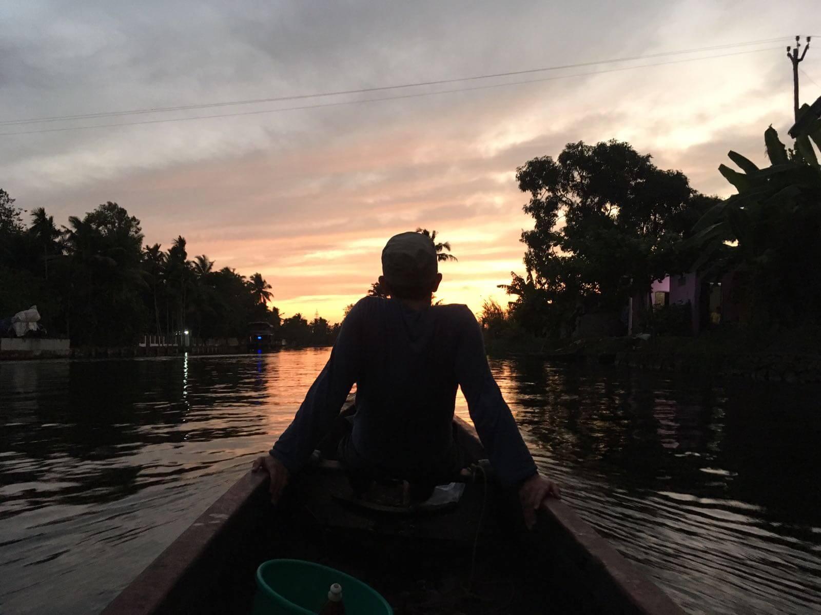 Sonnenuntergang als Abschluss einer entspannten Tour auf den Backwaters in Indien