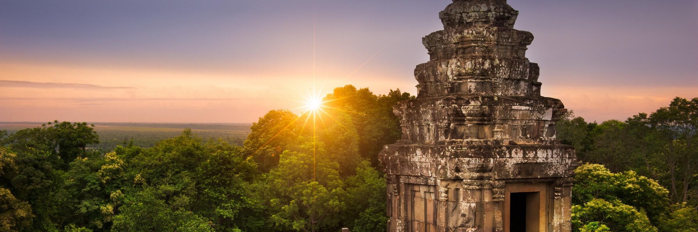 Der Shiva geweihte Pyramidentempel Phnom Bakheng liegt auf dem gleichnamigen Hügel nahe Siem Reap, westlich der Straße zwischen Angkor Wat und Angkor Thom.