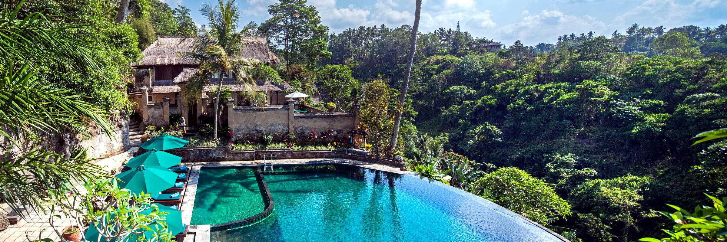 Der große Panorama-Swimmingpool mit Sonnenterrasse und Poolbar im Pita Maha Resort & Spa lädt zum Schwimmen und entspanntem Sonnenbaden ein.