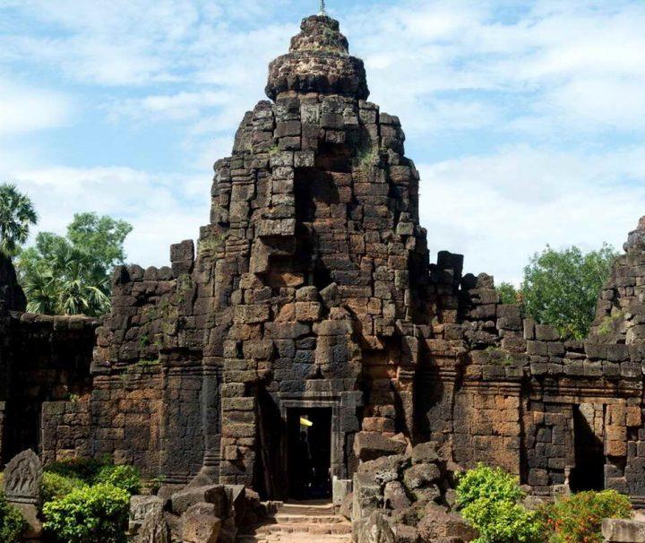 Der ungefähr 30 km südlich von Phnom Penh gelegende Tempel Ta Prohm ist eine verkleinerte Version des gleichnamigen Tempels in Angkor.