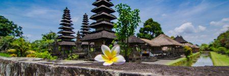 Die Tempelanlage Pura Taman Ayun auf Bali gilt als eine der schönsten der Insel und ist von zahlreichen blüten- und früchtetragenden Bäumen eingerahmt.