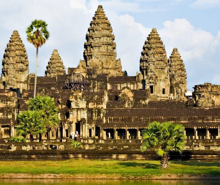Angkor Wat ist nur ein Teil der viel umfassenderen Gesamtanlage Angkor mit einer Vielzahl an historischen Tempeln, Ruinen und Statuen.