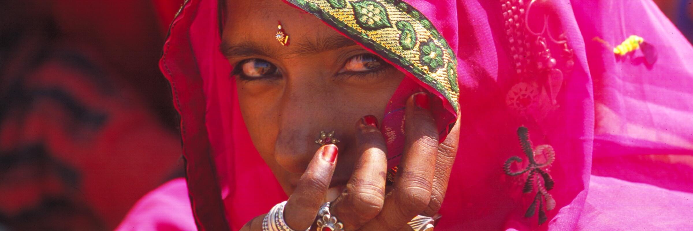 Portraitfoto einer traditionell gekleideten Frau in Rajasthan im Norden von Indien.