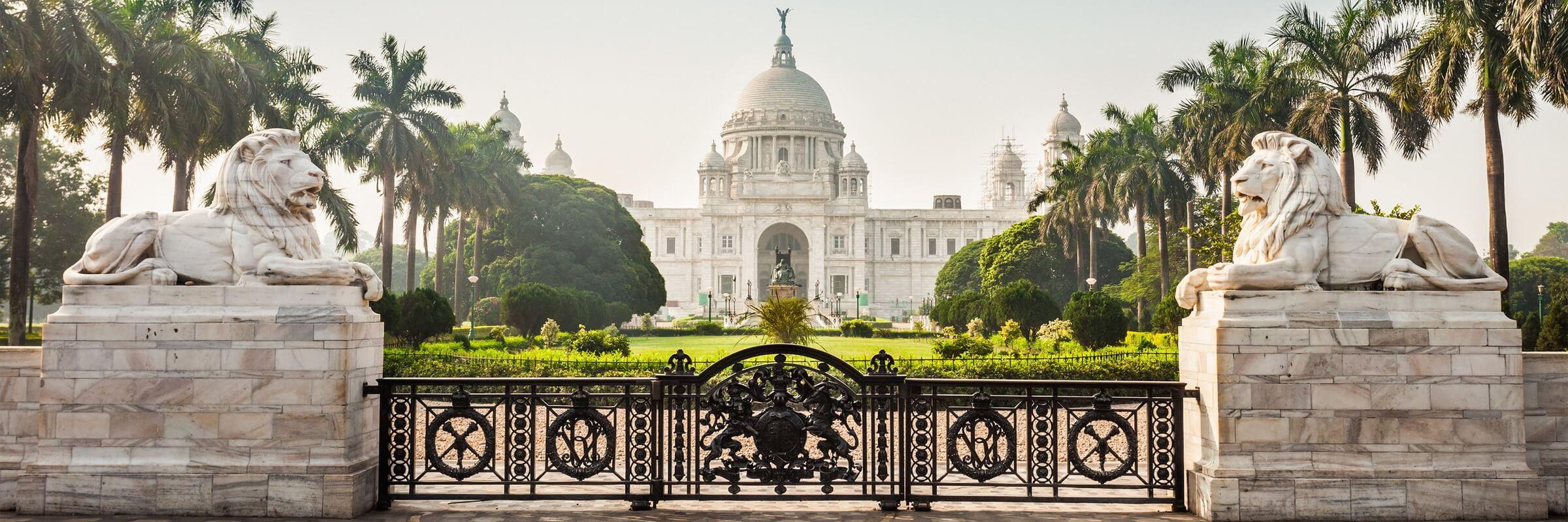 Das 1921 zu Ehren der Königin Victoria von Großbritannien erbaute Victoria Memorial ist das bedeutendste Monument der britischen Kolonialzeit und eines der Wahrzeichen von Kalkutta.