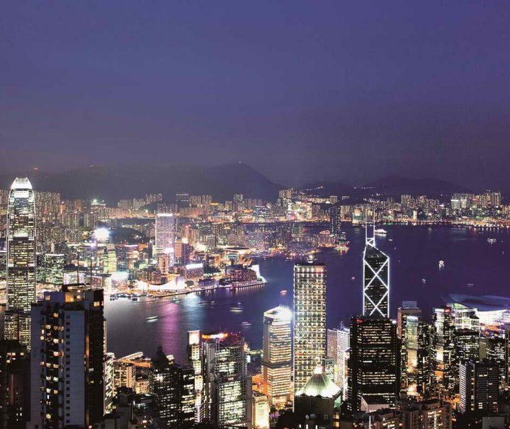 Blick vom über 552 Meter hohen Berg Victoria Peak über das Zentrum Hongkongs bei Nacht.