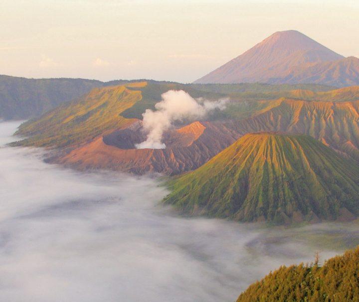 Der Vulkan Mount Bromo liegt im Nationalpark Bromo-Tengger-Semeru und ist ein beliebtes Touristenziel.