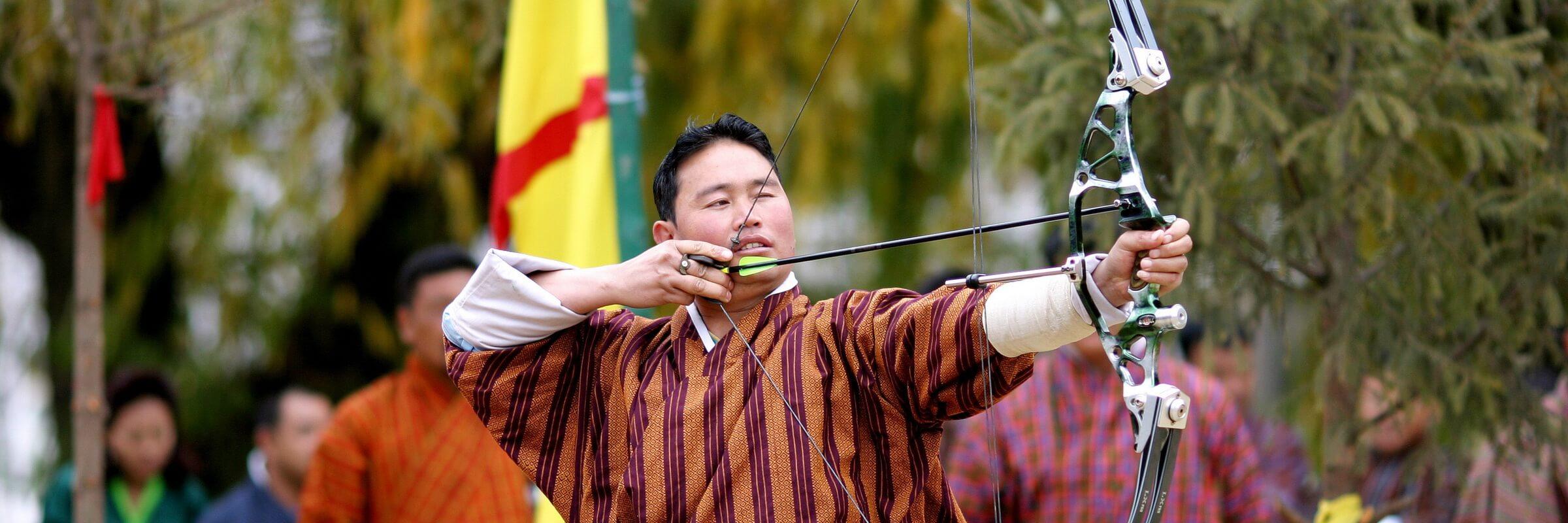 Bogenschießen ist der Nationalsport im Königreich Bhutan – Wettbewerbe zwischen benachbarten Dörfern finden häufig statt.