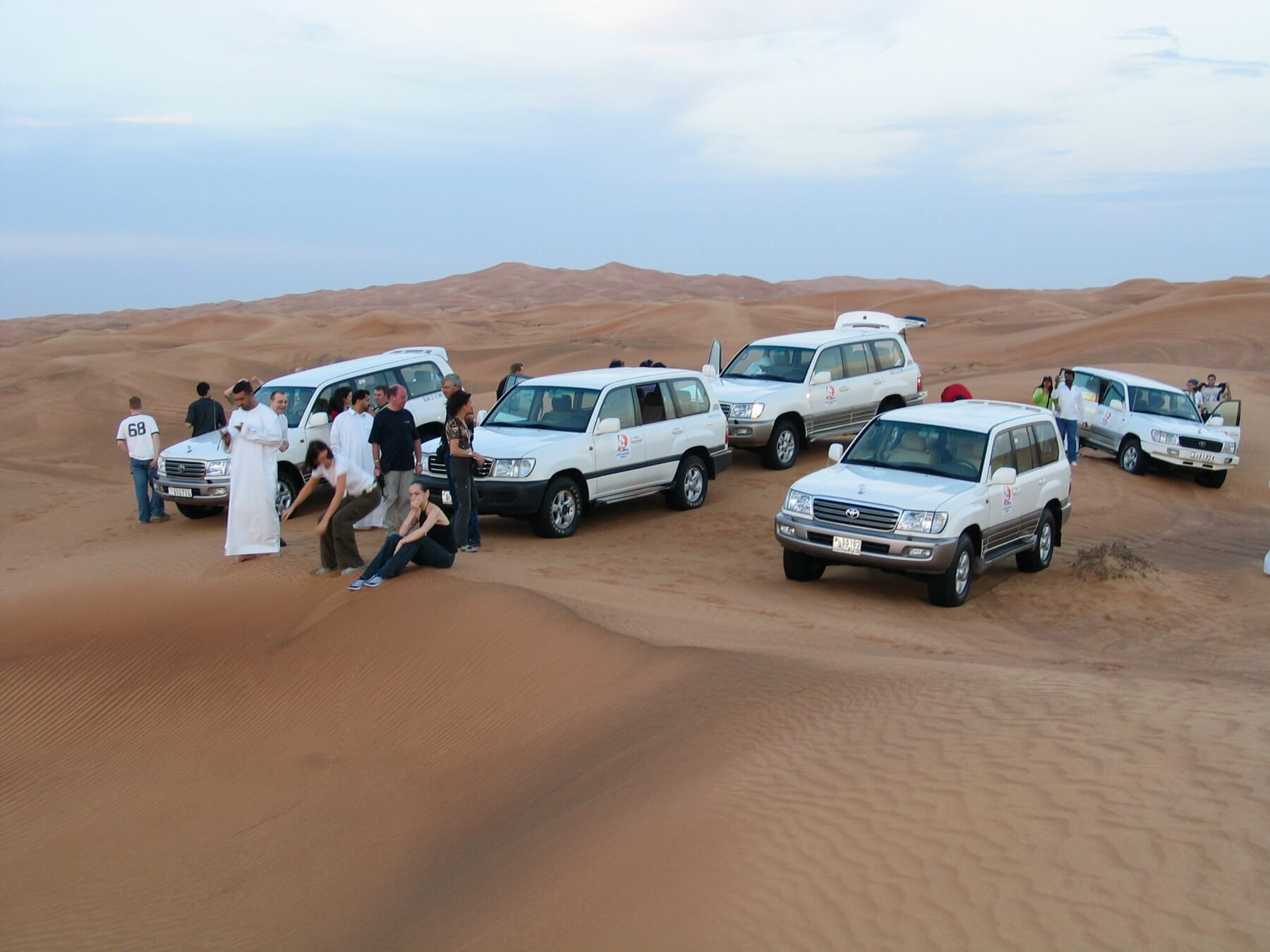 Eine Jeep Safari durch die Wueste mit anschließendem BBQ Dinner ist ein Muss für jede Dubai Reise.