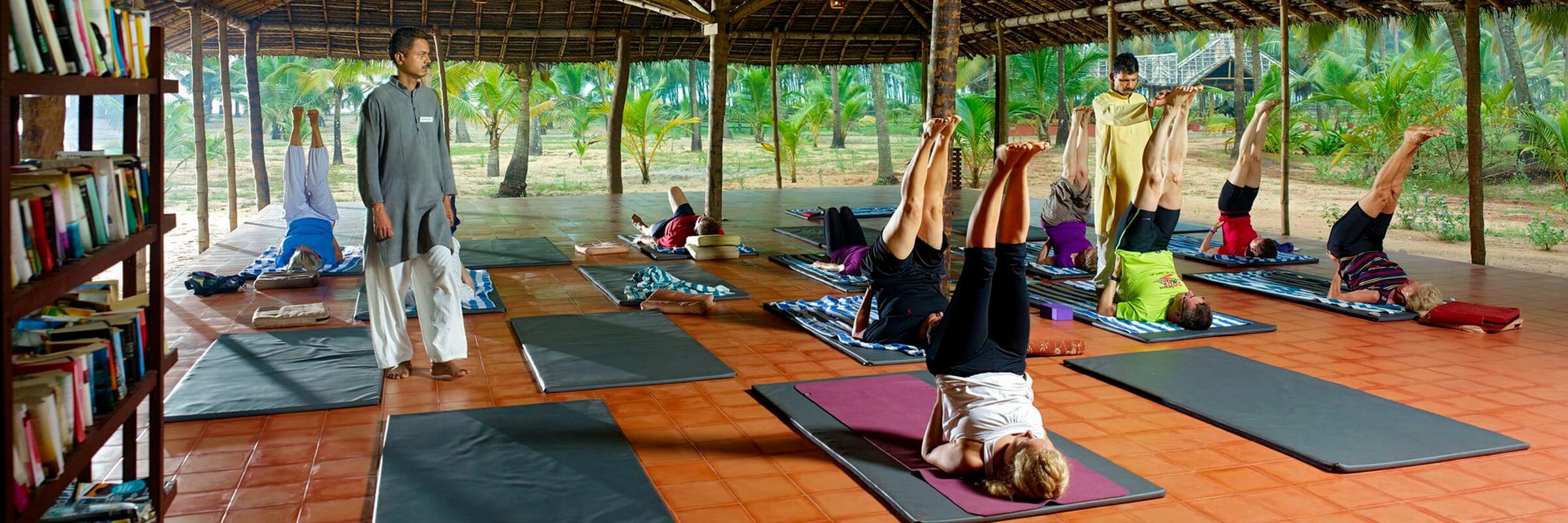 Ein Schwerpunkt des Nattika Beach Resorts liegt bei Yogaprogrammen unter professioneller Leitung.