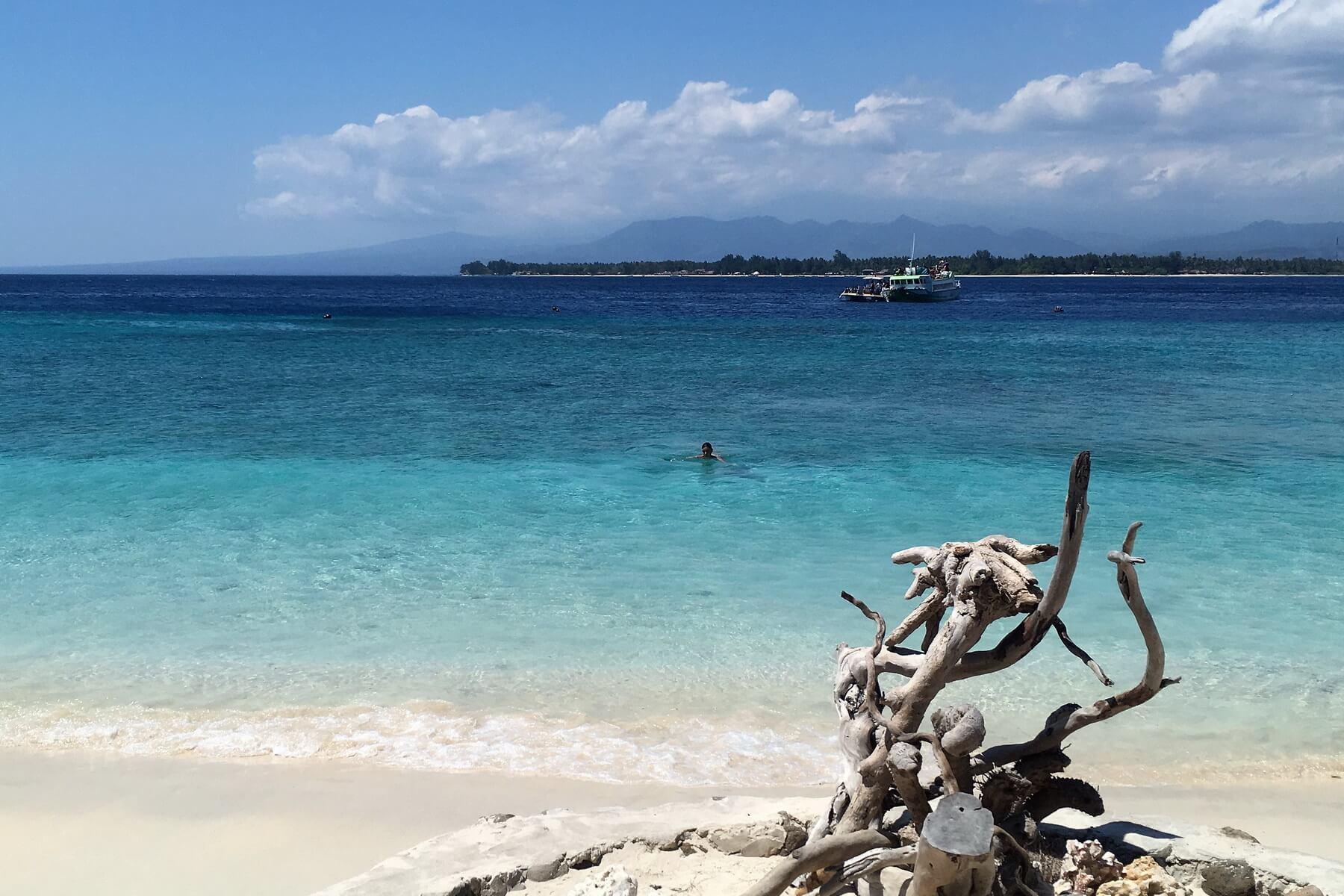 Kristallklares Wasser und weißer Sandstrand auf den Gilis, vor Lombok.