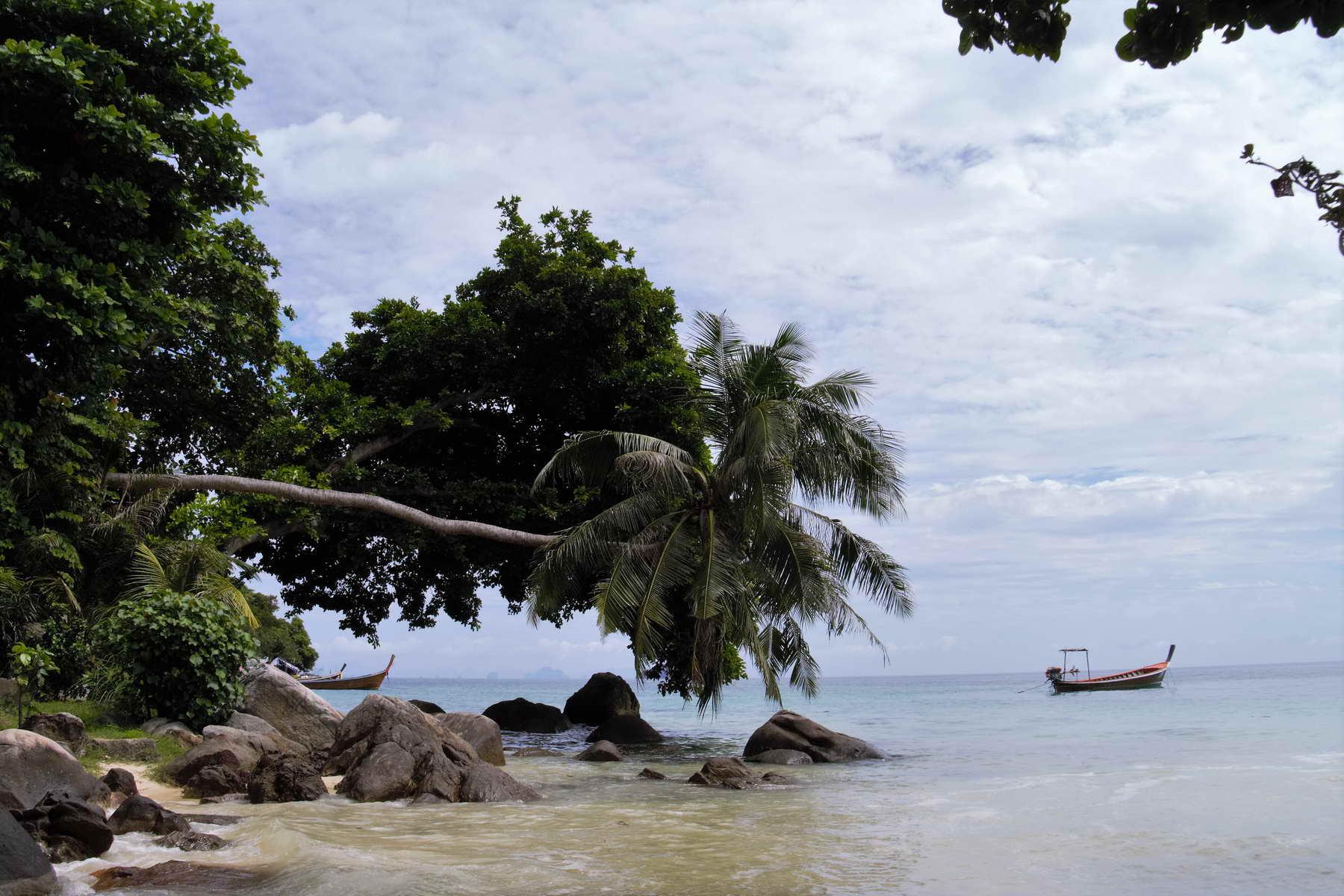 idyllischer Strand in Koh Phi Phi, abseits vom Trubel