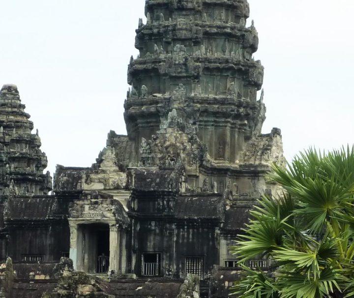 Der Khmer-König Suriyavaram ließ den riesigen Haupttempel von unzähligen Arbeitern, Baumeistern und Bildhauern in weniger als 40 Jahren erbauen.