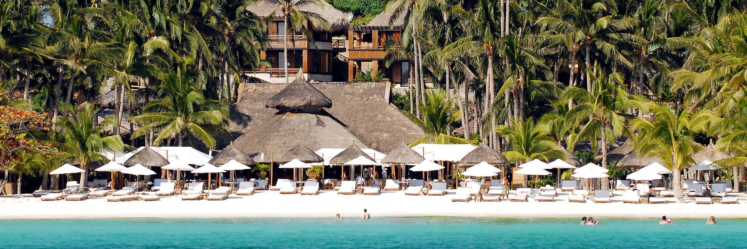 Die einladende Strandanlage des Firdays auf Boracay, Philippinen mit dem Hotelensemble im Hintergrund
