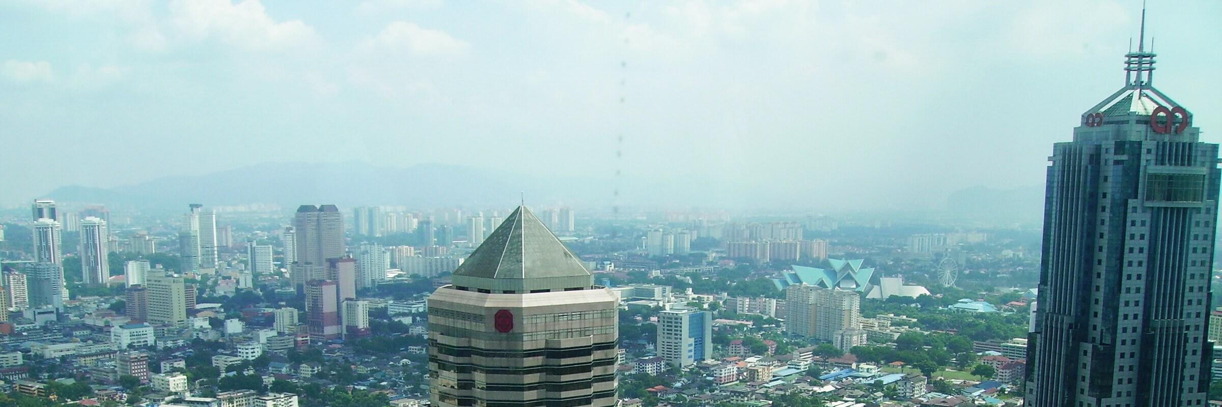 Von der Skybridge, die die zwei Türme des Petronas Twin Towers verbindet, kann man einen Ausblick auf Kuala Lumpurs Stadtlandschaft und die umliegenden Wolkenkratzer genießen.
