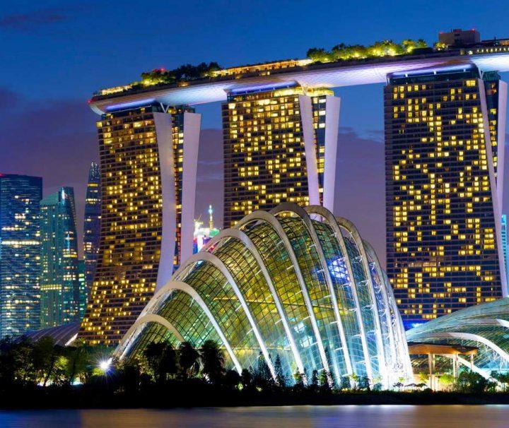 """Singapur Reise: Die imposante Hotelanlage """"Marina Bay Sands"""" ist ein 20 Hektar umfassendes Luxusresort in Singapur."""
