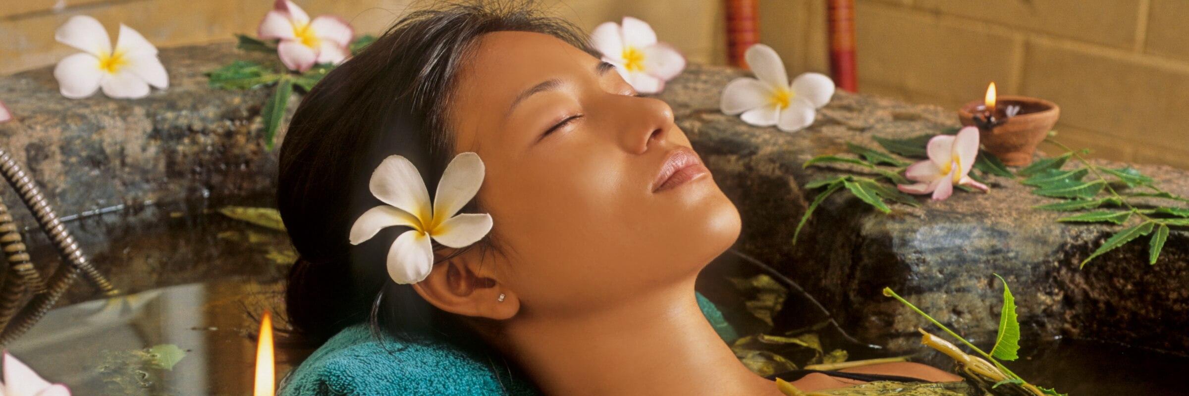 Ein ayurvedisches Kräuterbad stimuliert Geist und Körper und bewirkt ein belebendes und frisches Hautgefühl.