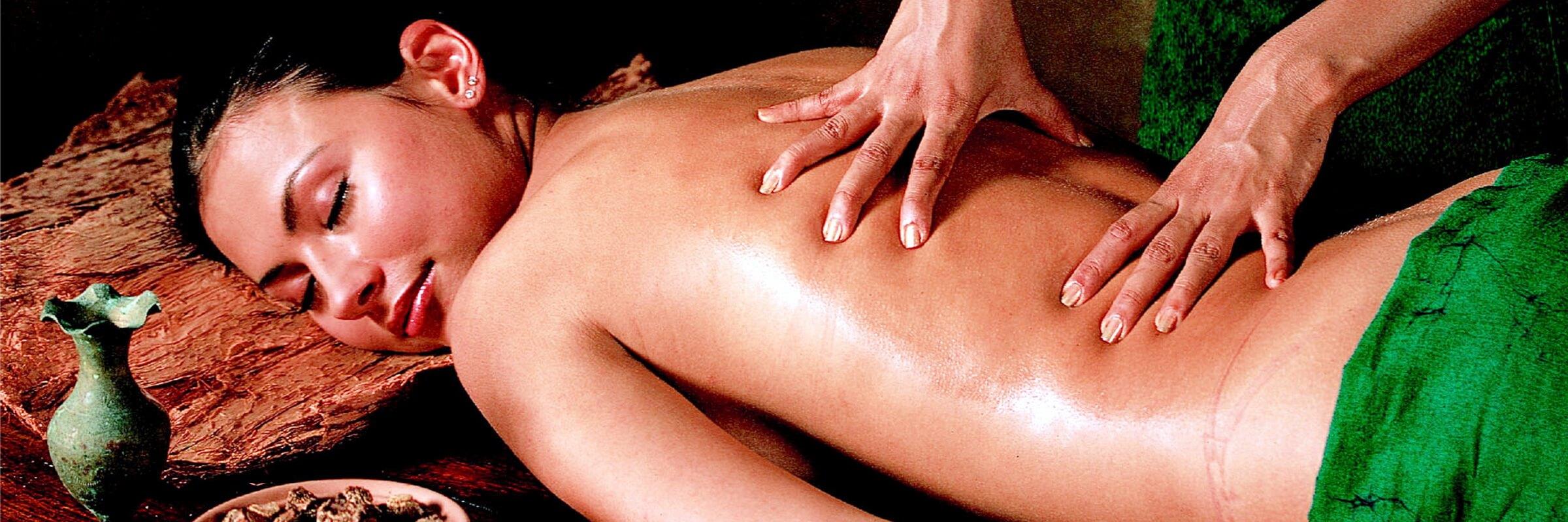 Traditionellen Ayurveda Massagen wird eine entspannende und heilende Wirkung nachgesagt.