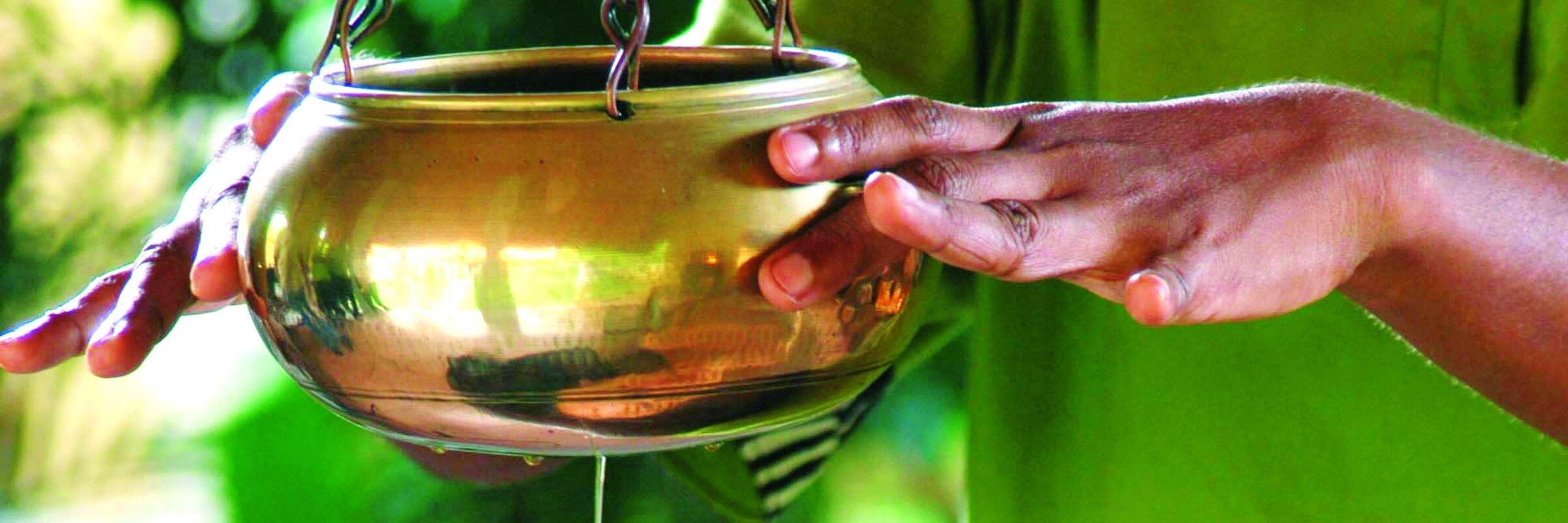 Beim ayurvedischen Stirnguss (Shirodhara) wird warmes Öl über Stirn und Kopf gegossen um die Gehirnhälften in Einklang zu bringen und den Geist zu entspannen.
