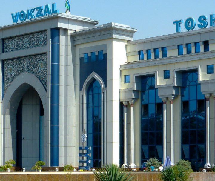 Der Bahnhof von Taschkent ist ein wichtiger Knotenpunkt des Eisenbahnnetzes in Zentralasien und verbindet innerhalb Usbekistans die Städte Taschkent, Samarkand und Buchara.