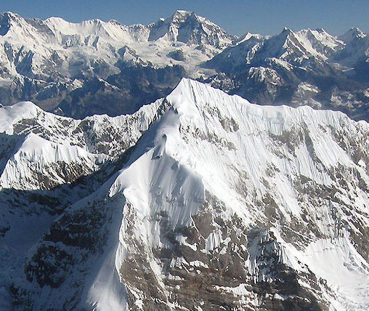 Bei einem Himalaya Rundflug können Gäste die schneebedeckten Gipfel des Himalayas bestaunen.