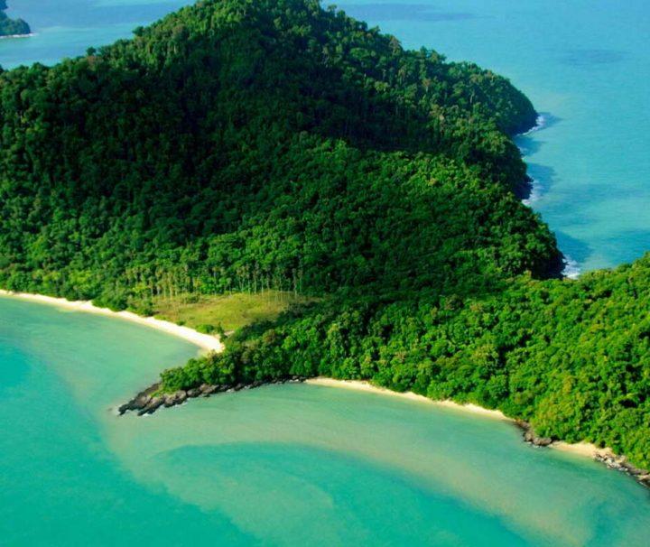 Blick auf Pulau Singa Besar und Pulau Beras Basah, zwei der knapp 100 malaysischen Inseln im Indischen Ozean.