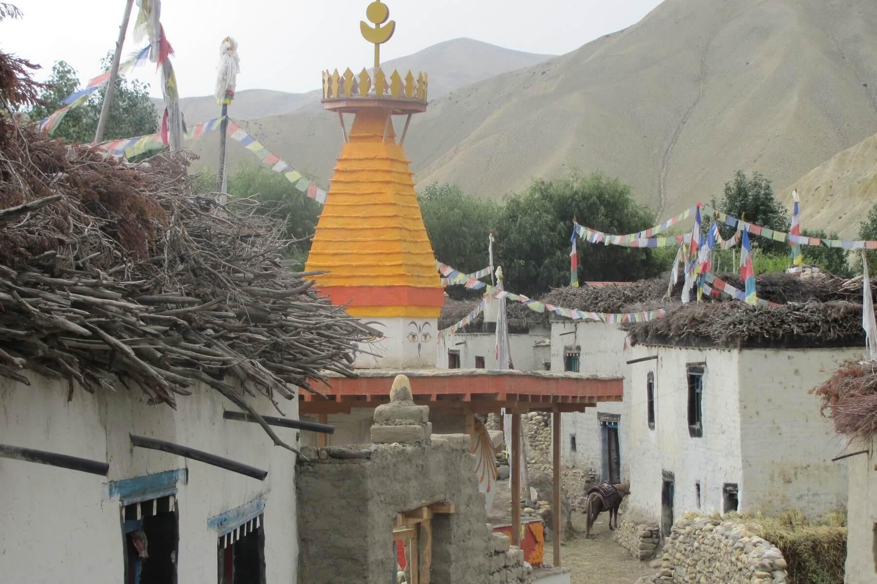 Buddhistische Chorten und Gebetsfahnen sind uralte Traditionen in den Gebieten des Himalaya-Gebirges und auch Nepal häufig vorzufinden.