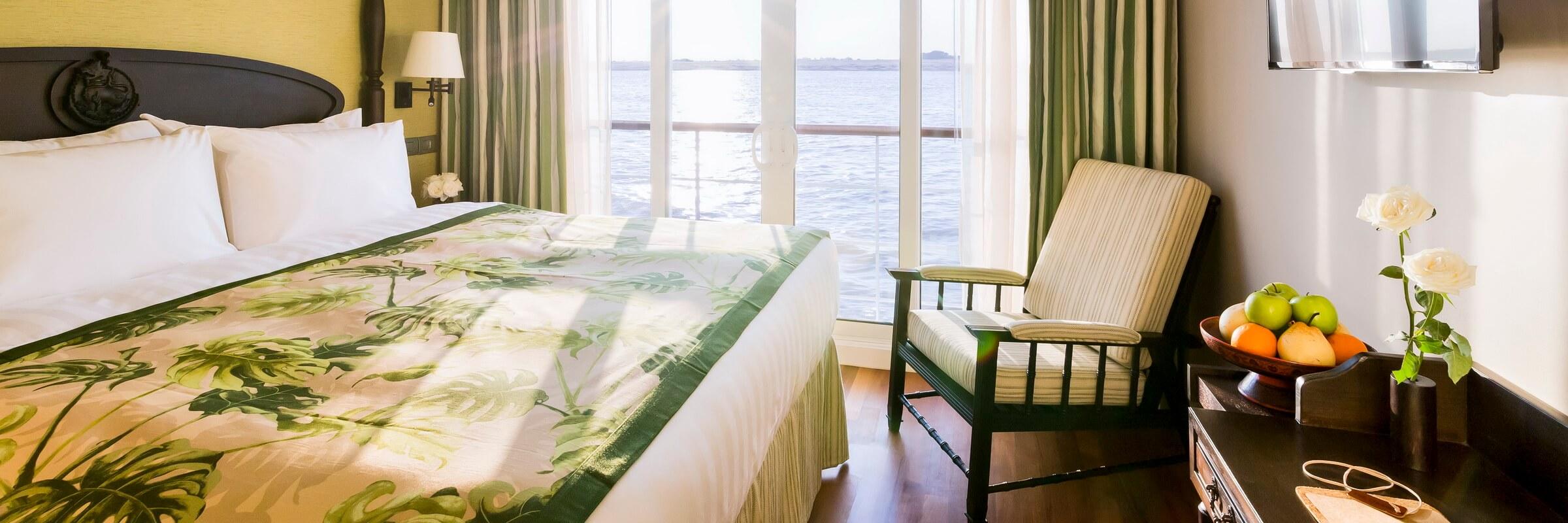 Die 16 qm großen Deluxe Cabins verfügen über separates Bad mit Regendusche, King-Size Bett und Sessel.