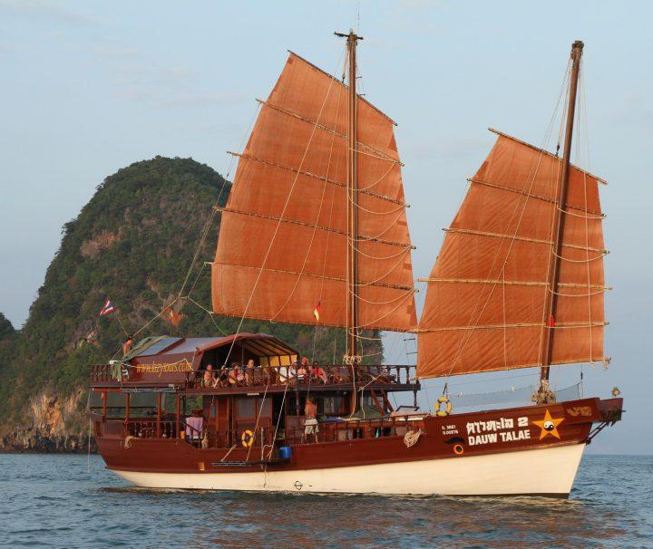 """An Bord der Dschunke """"Dauw Talae 2"""" lässt sich die faszinierende Landschaft der Andamanensee aus einer einmaligen Perspektive erleben."""