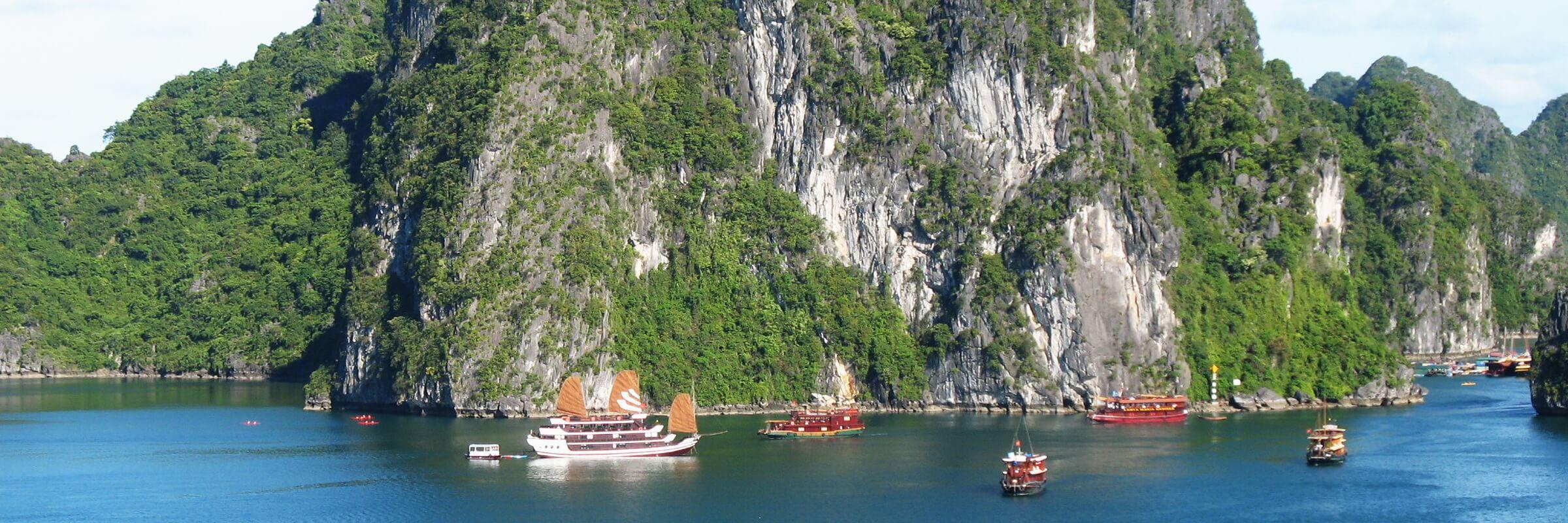 Eine Kreuzfahrt auf einer Dschunke durch die mystische Halong Bucht (UNESCO-Weltnaturerbe) gehört zu den besonderen Höhepunkten einer Vietnam Reise.