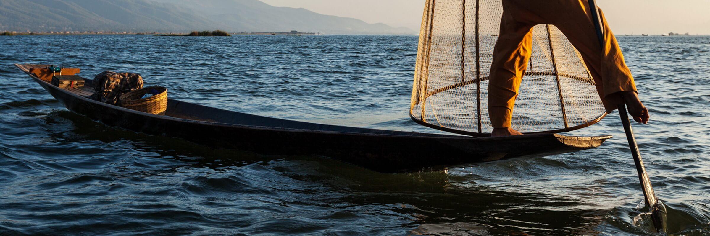 Die Bewohner des Inle-Sees sind berühmt für ihre Rudertechnik, bei der sie ein Bein um das Ruder schlingen, um beide Hände zur Pflege der schwimmenden Gärten oder zum Fischfang frei zu haben.