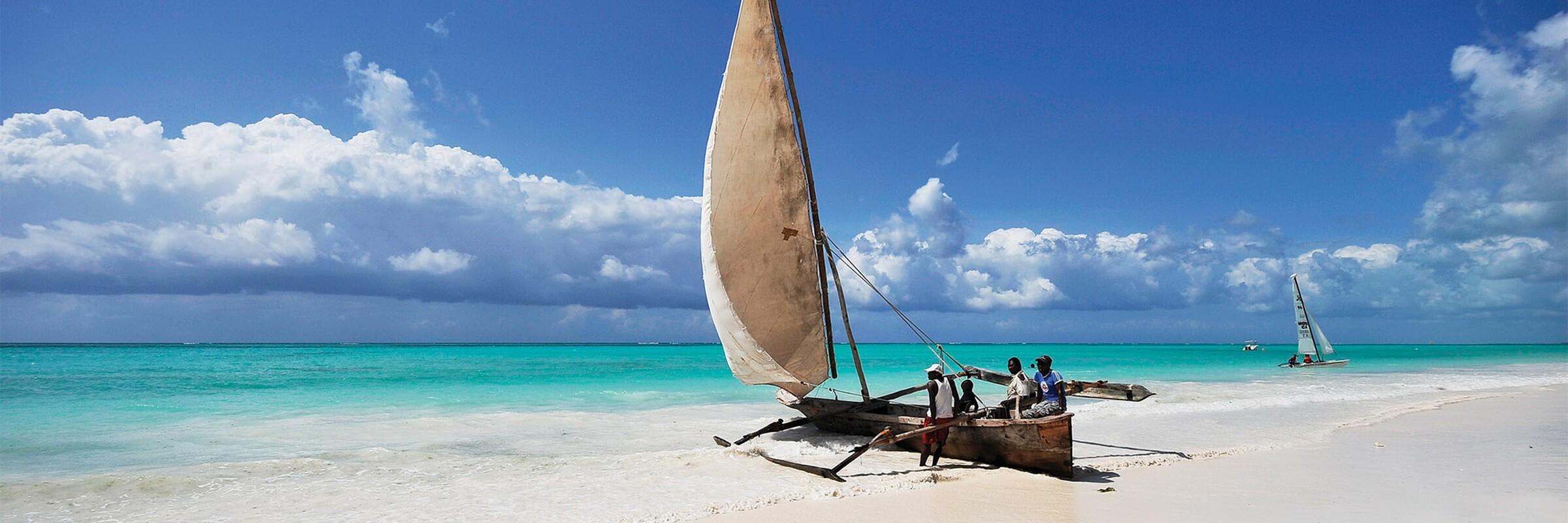 Katamaran-Segeln und Windsurfen sind sehr beliebte Aktivitäten auf der Insel Sansibar im Oman.