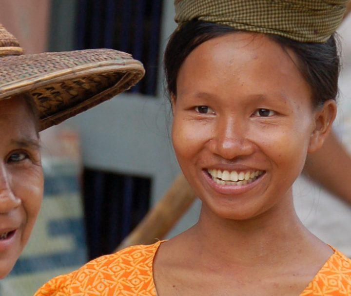 Frauen in Myanmar tragen ihre Einkäufe von den Märkten oft in geflochtenen Körben auf dem Kopf.
