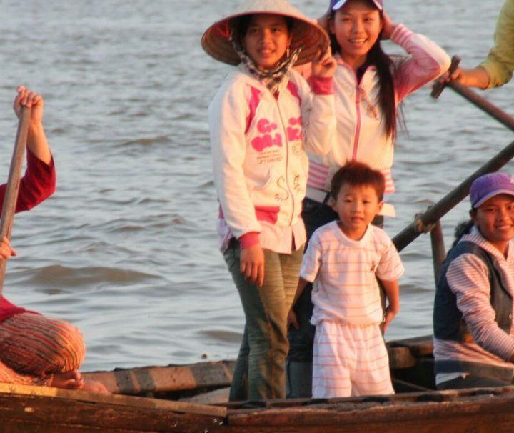 Die sogenannten Sampans sind  flache breite Ruderboote und ein gängiges Fortbewegungsmittel im Mekong Delta.