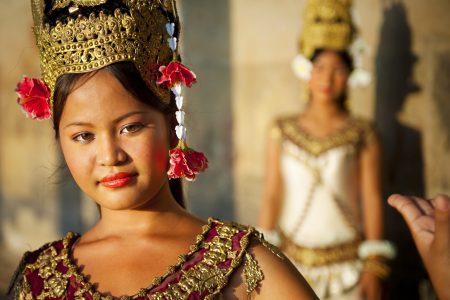 Eine wunderschöne, junge Aspara Tänzerin in Angkor Kambodscha