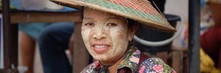 Portraitfoto einer einheimischen Frau in landestypischer Kleidung in Myanmar.